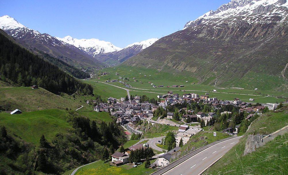 Andermatt von der Oberalppassstrasse (Bild: Lutz Fischer-Lamprecht, Wikimedia, CC)