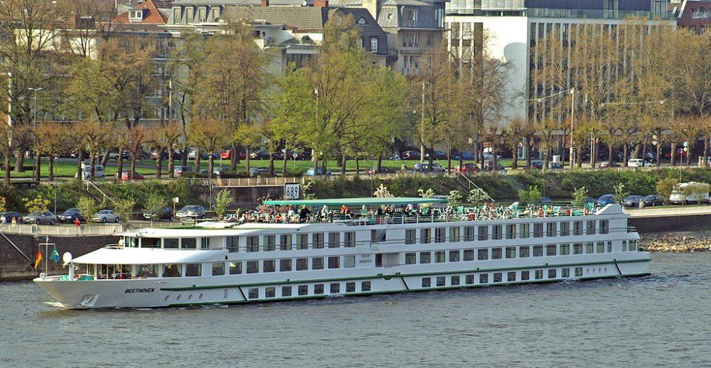"""Flusskreuzfahrtschiff """"Beethoven"""" kurz nach dem Ablegen in Köln (Bild: Rolf Heinrich, Wikimedia, CC)"""