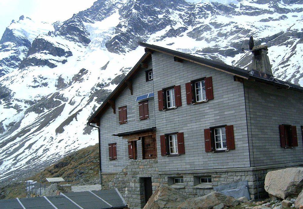 Die Bovalhütte oberhalb des Vadret da Morteratsch (Bild: Telnet, Wikimedia, CC)