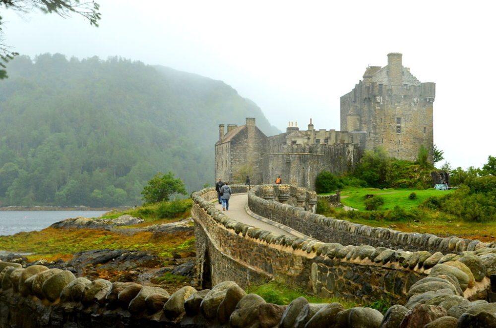 Eilean Donan Castle vom Ufer aus gesehen (Bild: Hiteshkhodani, Wikimedia, CC)