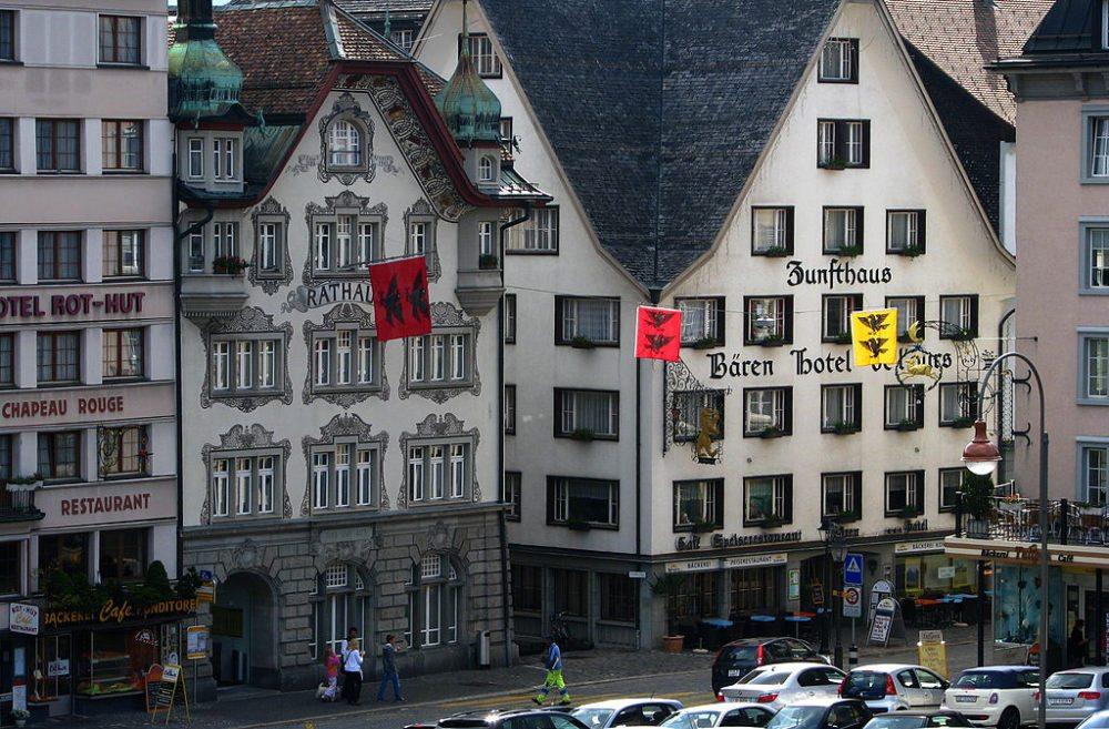 Die Dorfstrasse vom Rathaus bis zum Dorfplatz ist eine belebte Marktzone (Bild: Roland zh, Wikimedia, CC)