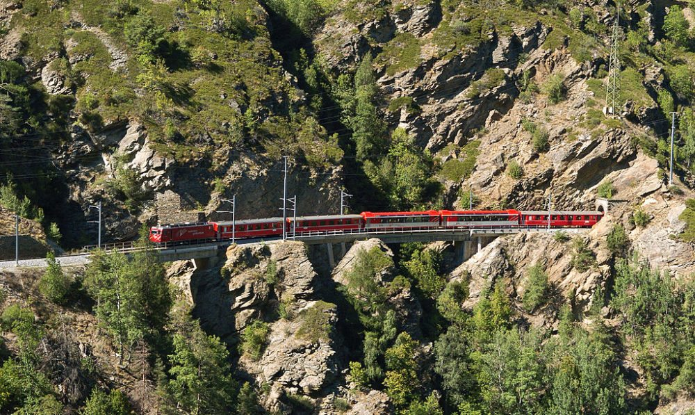 Glacier-Express bei Stalden (Bild: Champer, Wikimedia, CC)