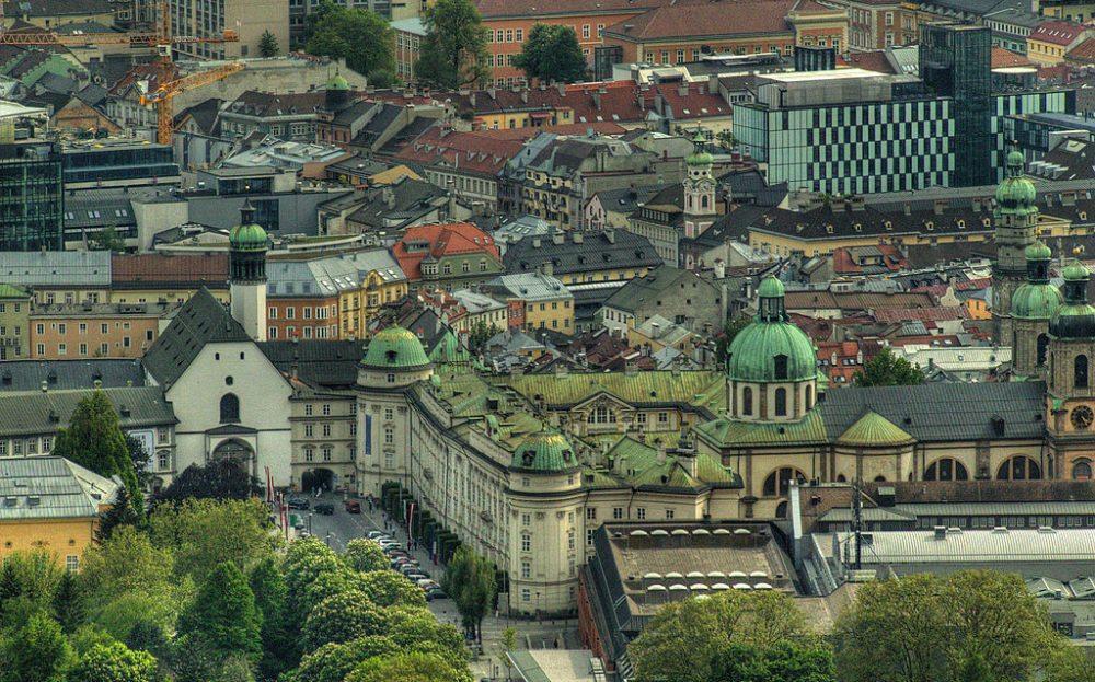 Ein Blick auf die Innenstadt von der Hungerburg aus (Bild: MichaelMoessmer, Wikimedia, CC)