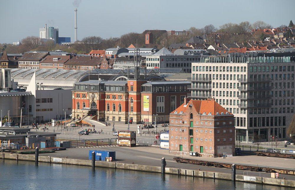 Hauptbahnhof von Kiel, Blick von der Hafenseite (Bild: Bjoertvedt, Wikimedia, CC)