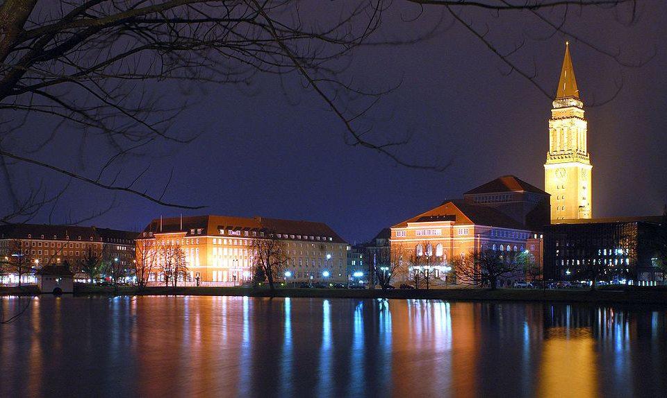 Kieler Rathaus mit Rathausturm und Opernhaus Kiel (Bild: Arne List, Wikimedia, CC)