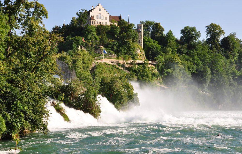 Rheinfall am Schloss Laufen, gesehen von Neuhausen am Rheinfall, Schweiz (Bild: Roland zh, Wikimedia, CC)