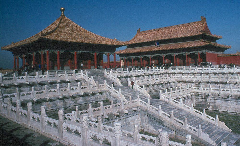 Halle der mittleren Harmonie (im Vordergrund) und Halle der Wahrung der Harmonie (im Hintergrund) (Bild: Wolfgangbeyer, Wikimedia, CC)