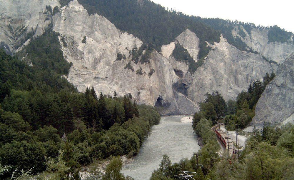 Bahnstrecke in der Vorderrhein-Schlucht (Bild: Tinelot Wittermans, Wikimedia, CC)