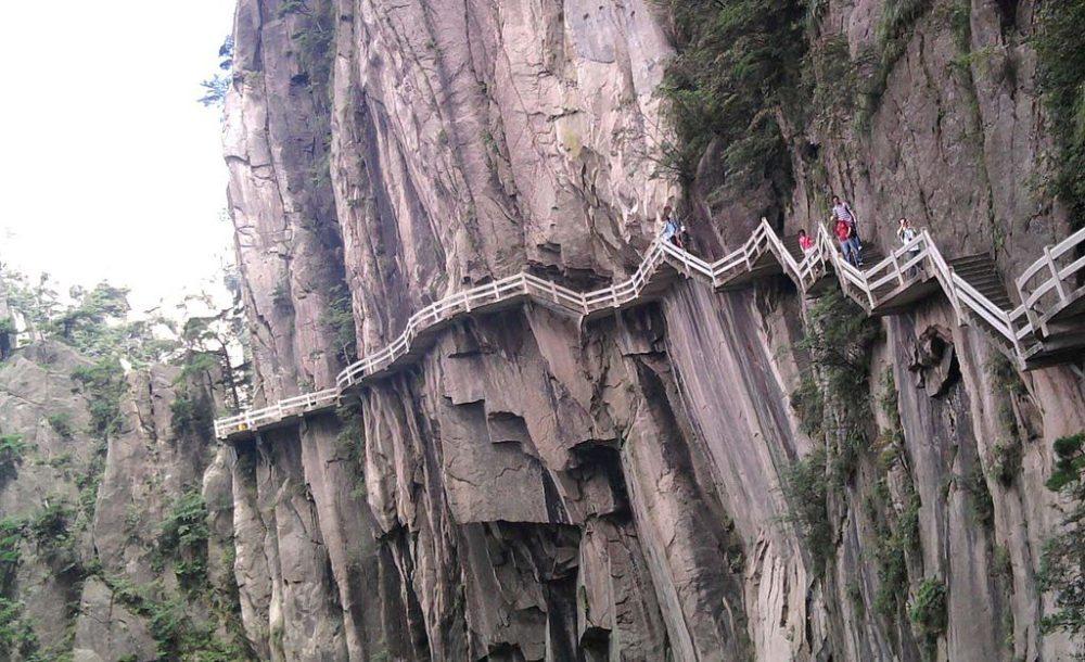 Touristentreppen in Huang Shan (Bild: Blbrk, Wikimedia)