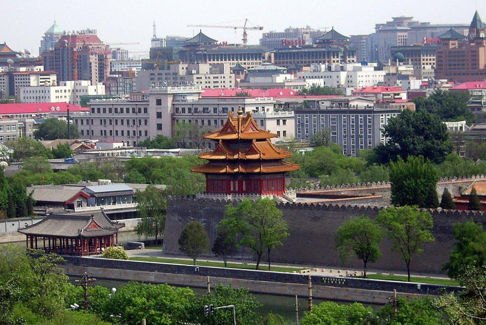Wachturm in einer der Mauerecken der Verbotenen Stadt (Bild: Shizhao, Wikimedia, CC)