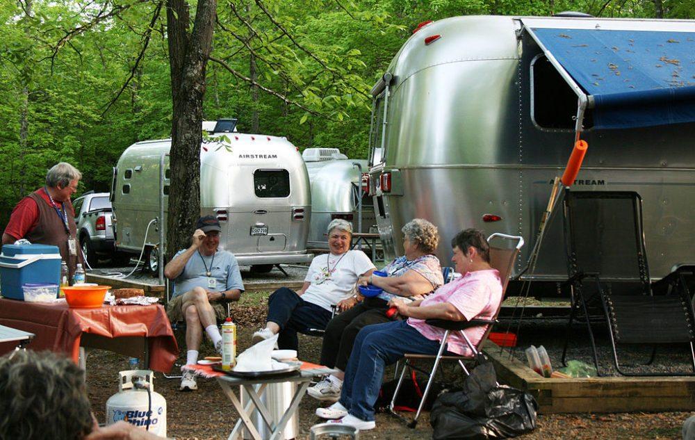 Glückliche Camper (Bild: vastateparksstaff, Wikimedia, CC)