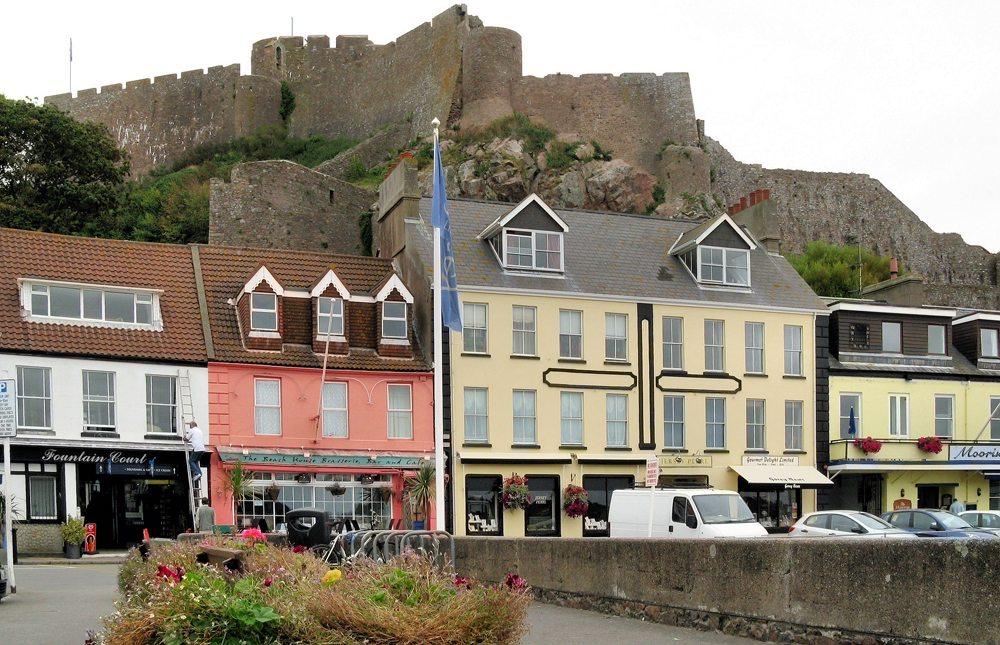 Blick von Gorey Harbour im Osten der Insel Jersey auf Mont Orgueil Castle, auch Gorey Castle genannt (Bild: Bildpixel / pixelio.de)