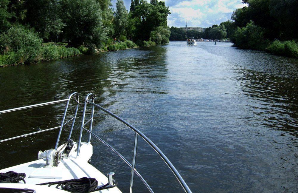 Auf Bootstour durch Berlin (Bild: Rainer Sturm  / pixelio.de)