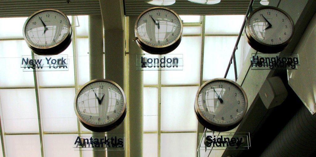 Zeitverschiebung - ein Problem bei langen Flugreisen (Bild: Karin Jung  / pixelio.de)
