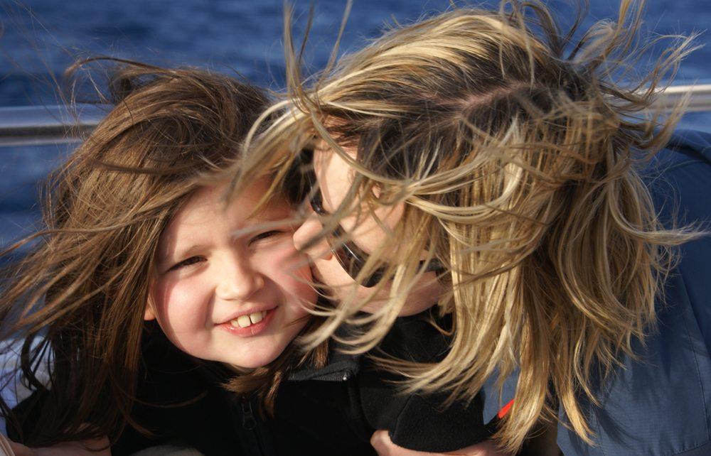 Mutter und Tochter auf hoher See (Bild: A. Scheel  / pixelio.de)