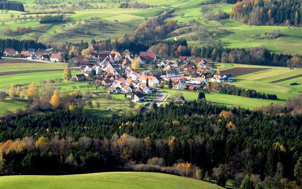 Blick vom Böllat im Zollernalbkreis ins Unterland (Bild: Erich Keppler  / pixelio.de)