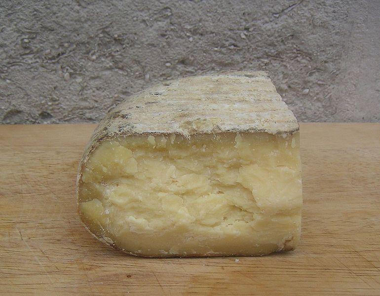 Ausgereifter Mahón-Käse (Bild: Slastic / Wikimedia / public domain)