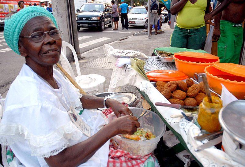 Acarajé-Verkäuferin (Bild: Rodrigues Pozzebom / Wikimedia / CC)