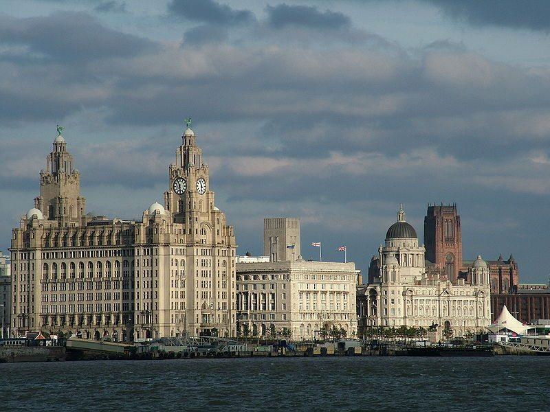 """Liverpools """"Drei Grazien"""" mit der Liverpool Cathedral im Hintergrund (Bild: Chowells / Wikimedia / CC)"""