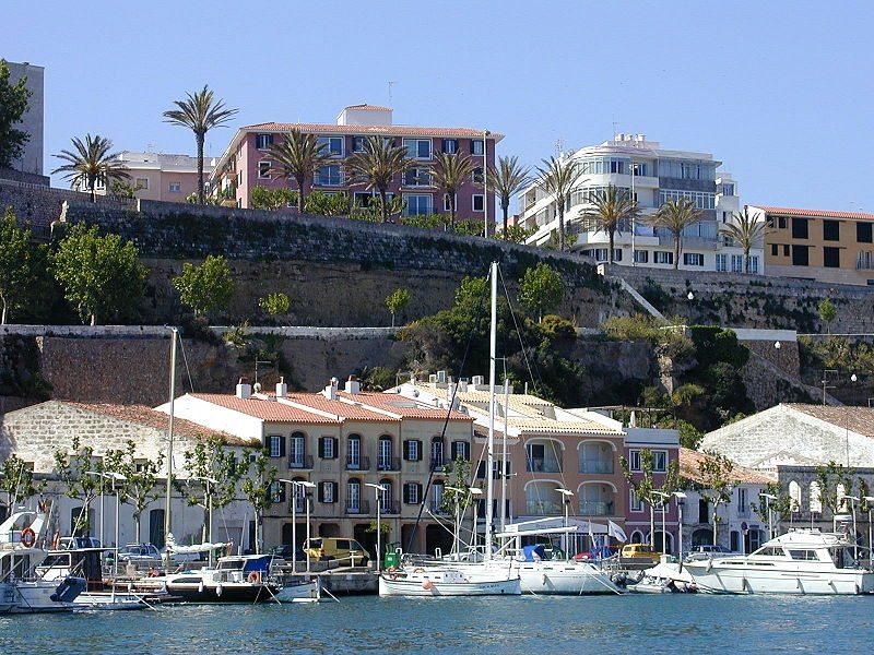 Hafen von Maó (Bild: Henning.Schröder / Wikimedia / CC)
