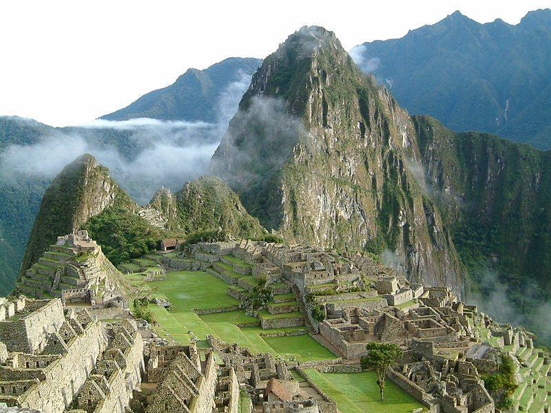 Machu Picchu am Morgen vor Ankunft der Touristen (Bild: Allard Schmidt / Wikimedia / public domain)
