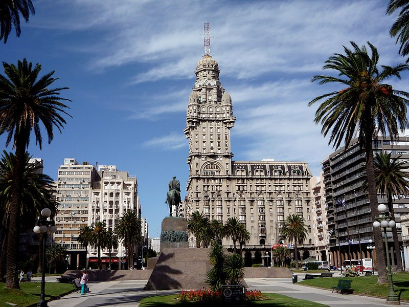 Plaza Independencia mit dem Palacio Salvo (Bild: Fulviobsas / Wikimedia / public domain)