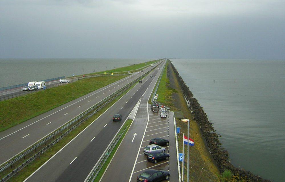 Abschlussdeich des IJsselmeeres (Bild: D-click, Wikimedia, CC)
