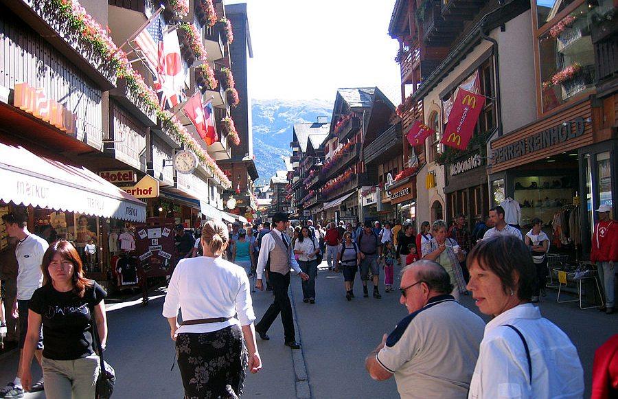 Die Bahnhofstrasse von Zermatt (Bild: Coolcaesar, Wikimedia, CC)