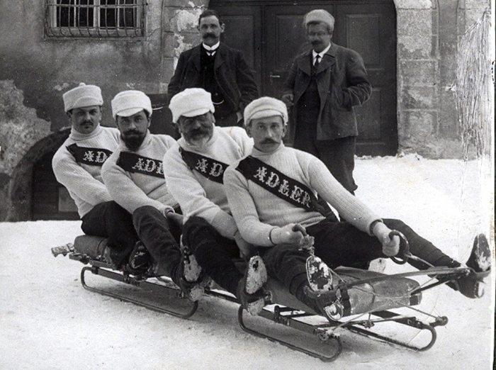 Bobteam aus Davos, historische Aufnahme aus dem Jahr 1910 (Bild: Flyout, Wikimedia, CC)