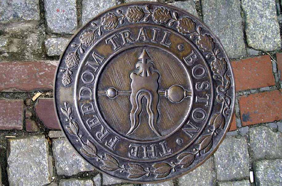 Fotomontage aus dem roten Pflaster und einer Bronzeeinlassung des Freedom Trail in Boston (Bild: Gerd A.T. Müller, Wikimedia, GNU)