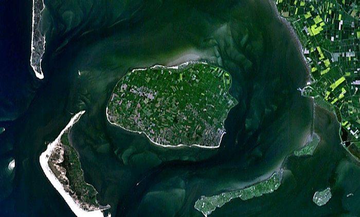 Föhr, links Sylt und Amrum, Satellitenaufnahme (Bild: Madden, Wikimedia)