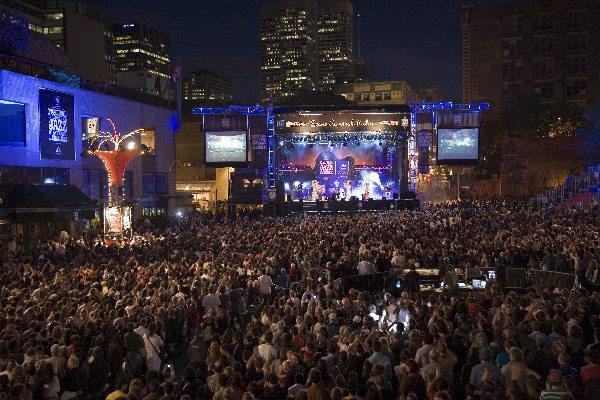 Innenstadt von Montréal während des Jazz Festivals (Bild: Jocelynhade / Wikimedia / CC)