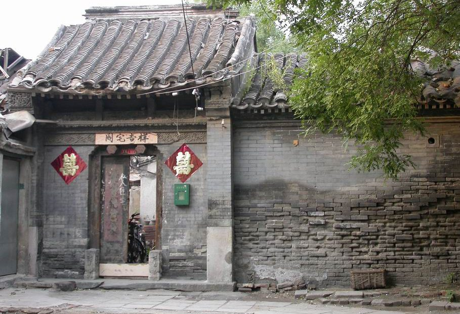 Hofeingang zum Hutong in Peking (Bild: Snowyowls, Wikimedia, CC)