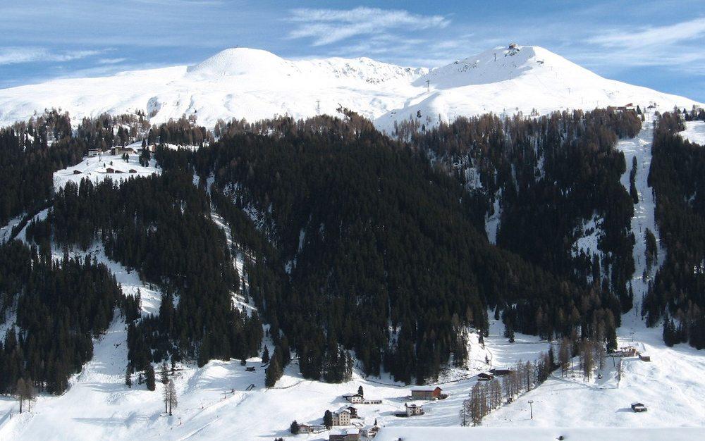 Jakobshorn von Nordwest: Gipfelstation auf der rechten Erhebung, links in der Waldlichtung die Mittelstation Ischalp (Bild: Caumasee, Wikimedia) Skigebiet Davos