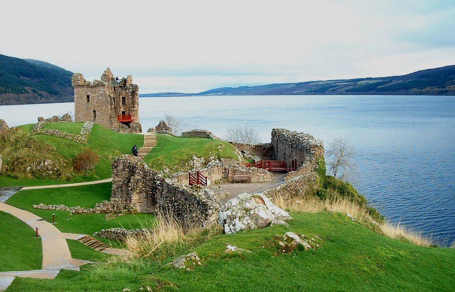 Urquhart Castle am Loch Ness (Bild: Lukacs, Wikimedia, CC)