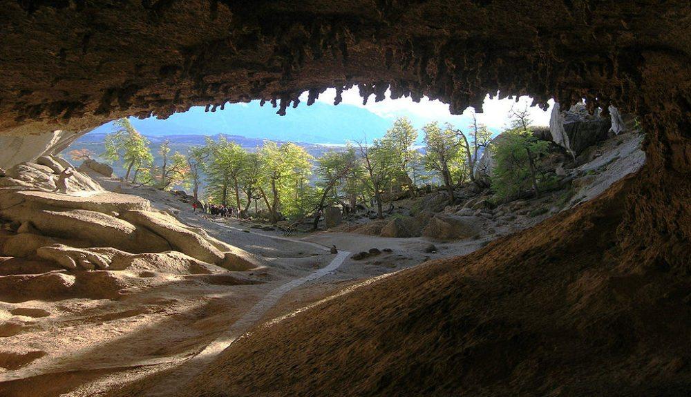 Eingang zur Mylodon-Höhle (Bild: Remi Jouan, Wikimedia, CC)