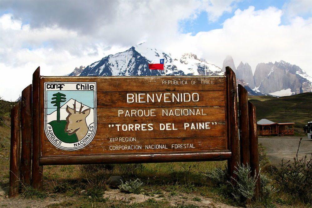 Schild an der Einfahrt zum Nationalpark Torres del Paine (Bild: re-ality Steffen, Wikimedia, CC)