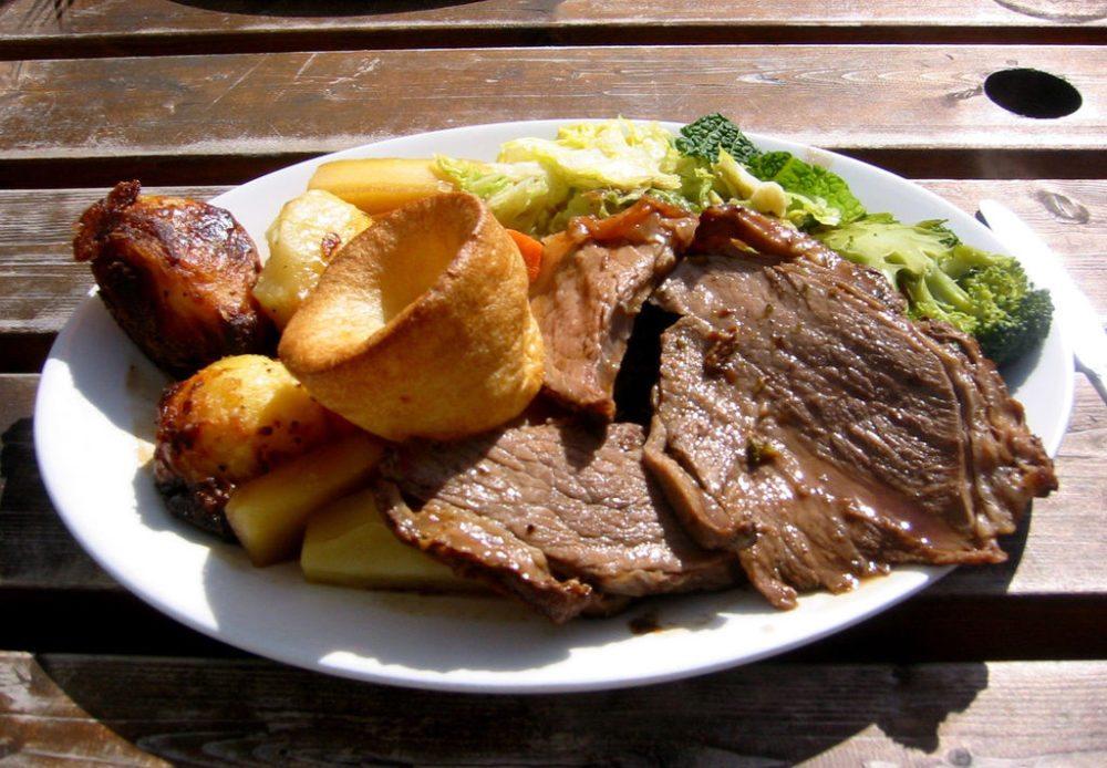 Sunday roast – ein typisches Sonntagsessen (Bild: Edward, Wikimedia, CC)