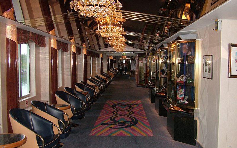 MS Kong Harald, ein Hurtigruten Schiff, der Gang zum Restaurant (Bild: Clemensfranz, Wikimedia, CC)