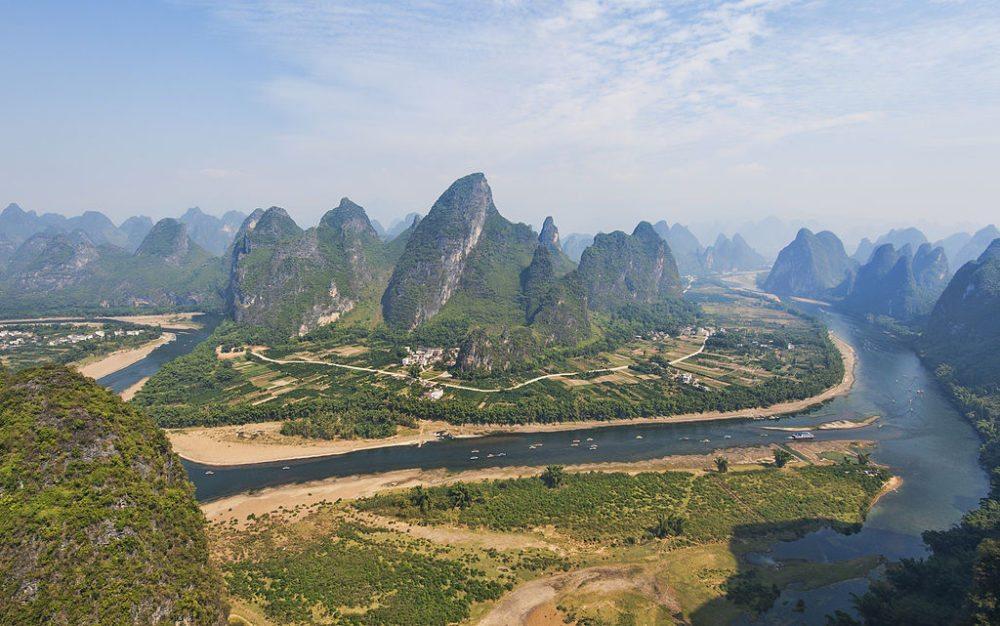 Karstlandschaft bei Guilin (Bild: chensiyuan, Wikimedia, CC)