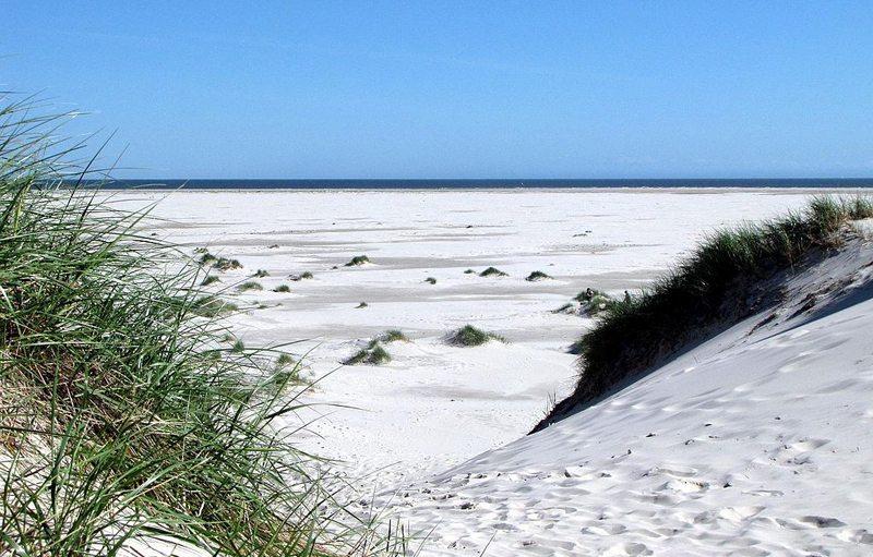 """Blick vom Dünenübergang am Westende des Dünensees """"Wriakhörn"""" über den Kniepsand (Bild: Dirk Schmidt, Wikimedia, CC)"""