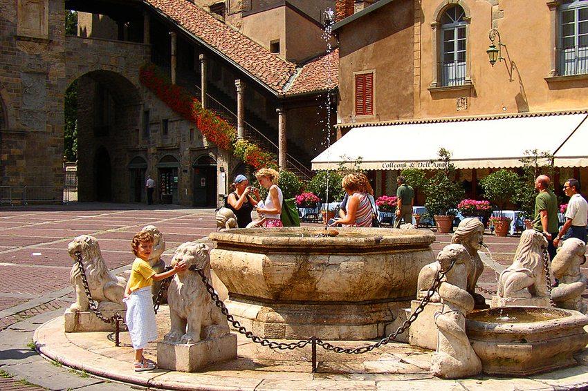 Brunnen Contarini auf Piazza Vecchia in Bergamo (Bild: Manfred&Barbara Aulbach, Wikimedia, CC)