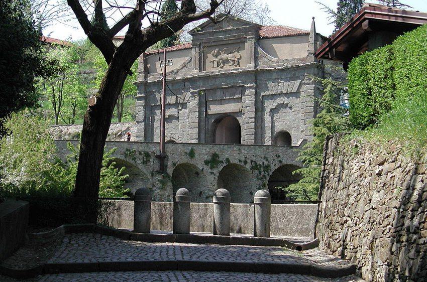 Stadtmauer und Stadttor Porta Sant'Agostino (Bild: Paolo da Reggio, Wikimedia)