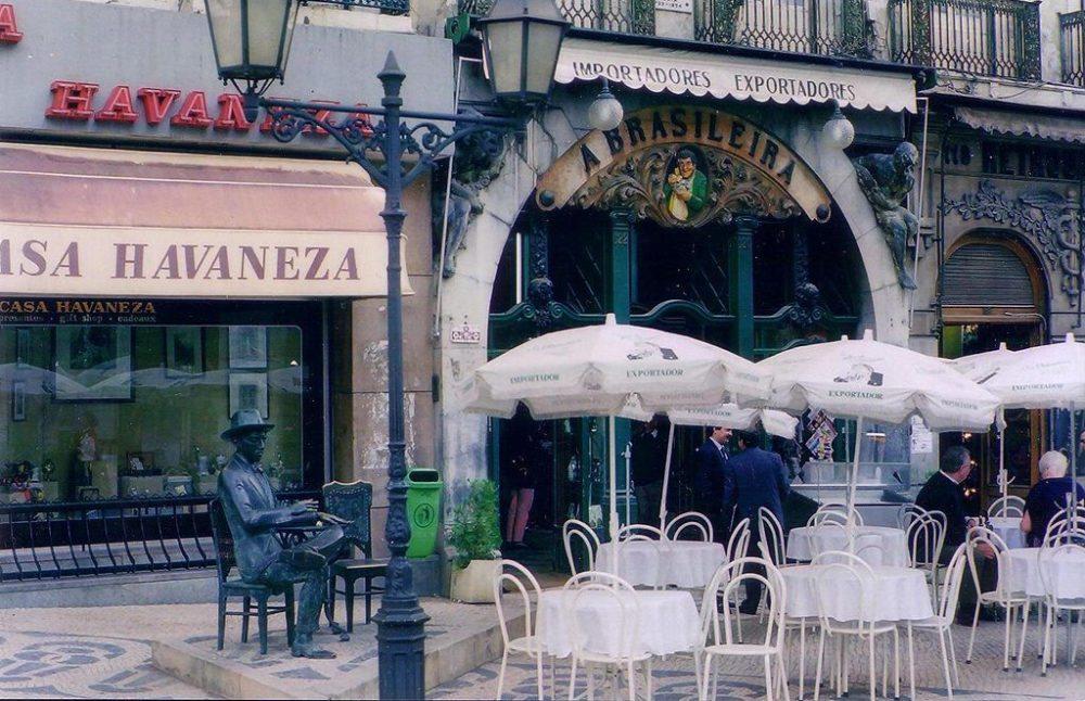 Fernando Pessoa vor dem Café A Brasileira in Lissabon (Bild: DIMSFIKAS, Wikimedia, CC)
