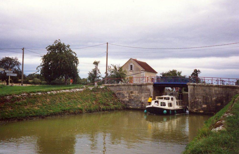 Hausboot an einer Schleuse im  Kanal von Burgund (Bild: Günther Eichler, Wikimedia, CC)