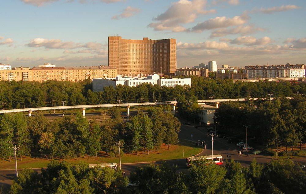 Hotel Kosmos im Nordosten Moskaus (Bild: Alesseus, Wikimedia, CC)