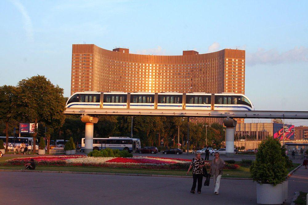 Monorail von Moskau mit dem Hotel Kosmos im Hintergrund (Bild: Alex Rave, Wikimedia, CC)