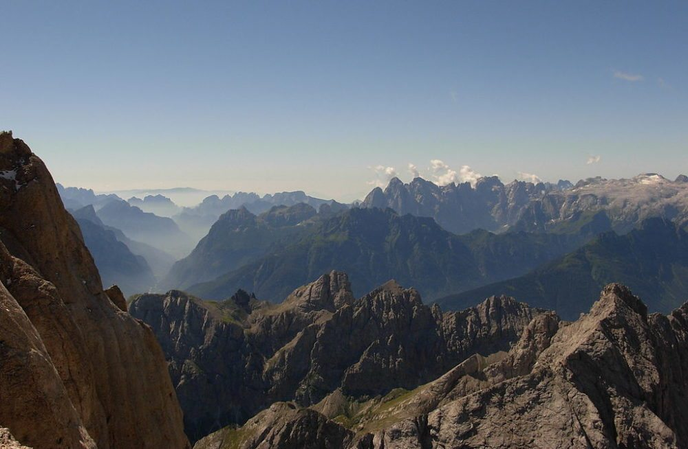 Dolomiten - Blick von der Marmolada nach Südsüdosten (Bild: Dirgela, Wikimedia, CC)