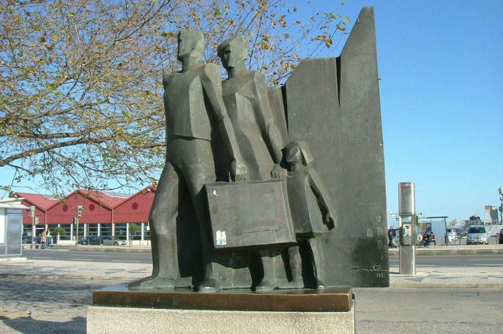 """Denkmal """"Für den portugiesischen Emigranten"""" vor dem Bahnhof Santa Apolonia in Lissabon (Bild: Maradentro, Wikimedia)"""