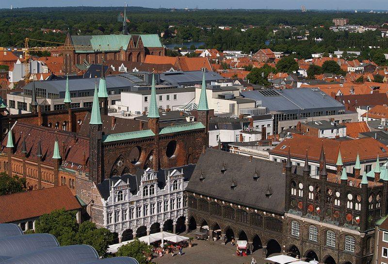 Rathaus von Lübeck vom Turm der St. Petri Kirche aus gesehen (Bild: Arnold Paul, Wikimedia, CC)